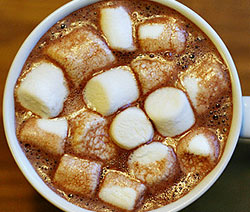chocolat chaud aux guimauves ( chamallows)