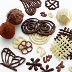 decoration d'un gateau au chocolat