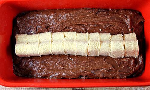 verser le reste de la pâte sur le dessus pour couvrir les cœurs